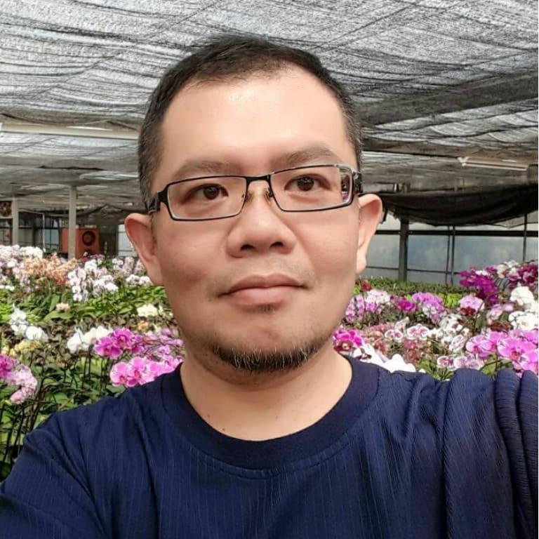 細心培育台灣蘭花的瓶苗,用英文耕耘全球商機